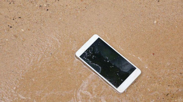 cosa-fare-se-il-tuo-smartphone-cade-in-acqua